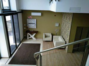Recibidor que da acceso a los ascensores y las escaleras del renovado Tanatorio San Martín