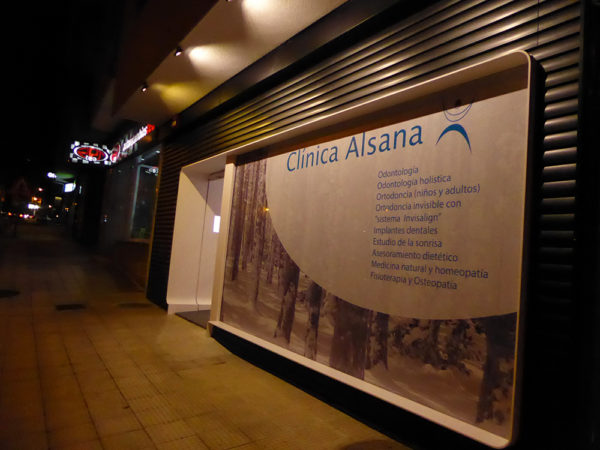 Clínica Alsana fachada noche