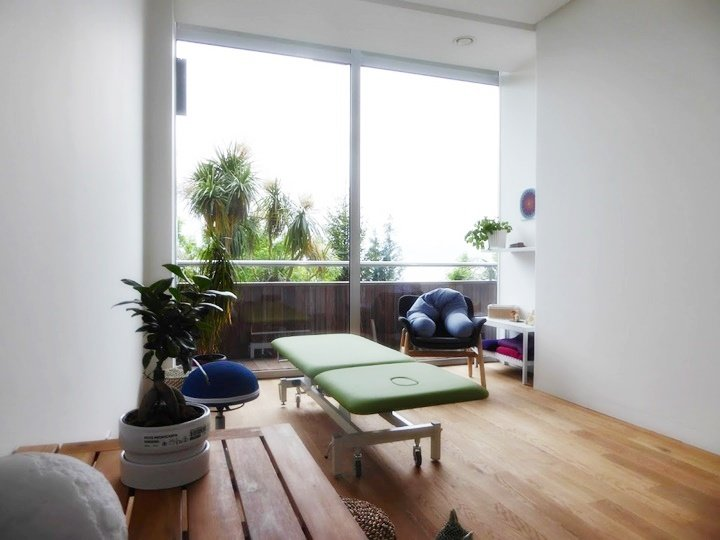 Sala de tratamiento con suelos de madera de roble y mucha luz.
